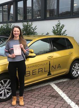 Fahrschule Lichterfelde - Die Studentin Christiane stolz mit ihrem Führerschein