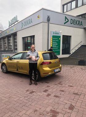 Fahrschule Steglitz - Eva aus Dahlem mit ihrem Führerschein