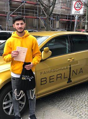 Dlsoz mit seinem Führerschein Charlottenburg Fahrschule Berlina
